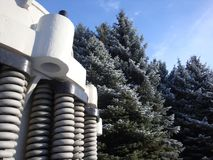 Industriell bryta utrustning Enorma vårar Mot bakgrunden av härliga gröna granar och blå himmel arkivfoton