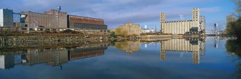 Industriell byggnad på den skurk- floden royaltyfri fotografi