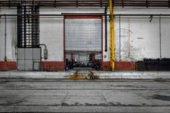 Industriell dörr av en fabrik Arkivbild