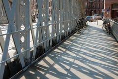 industriell design Stålramen av bron Ljuset och skuggan Stads- foto Gatafotografi Royaltyfri Bild
