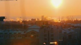 industriell Eine Ansicht über die Mitte der Stadt vom Hoch stock video footage