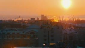 industriell Eine Ansicht über die Mitte der Stadt vom Hoch auf Sonnenuntergang schneefälle stock footage