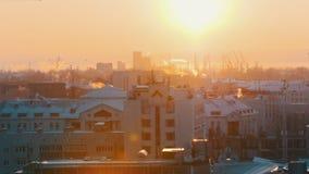 industriell Eine Ansicht über die Mitte der Stadt vom Hoch schneefälle stock video footage