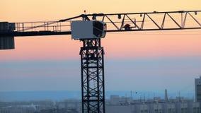 industriell Eine Baustelle Hochziehen des Kranarbeitens Rosiger schöner Sonnenuntergang stock video footage