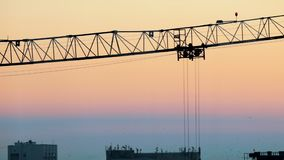 industriell Eine Baustelle Hochziehen von den Kränen, die Schattenbild Arbeits sind Schöner Himmel stock footage