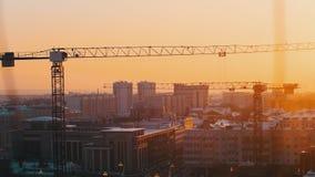 industriell Eine Baustelle mitten in der Stadt Hochziehen von Kränen stock footage