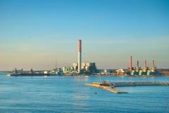 Industriell fabrik på kusten arkivfoton