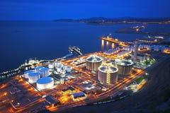 Industriell fabrik på natten Royaltyfria Bilder