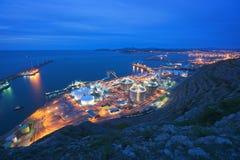 Industriell fabrik på natten Arkivfoto