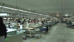 Industriell fabrik: Utmärkt 360 GRAD PANNA av plaggfabriksgolvet lager videofilmer