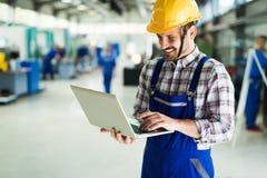 Industriell fabriksanställd som arbetar i fabriks- bransch för metall royaltyfria foton
