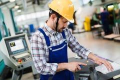 Industriell fabriksanställd som arbetar i fabriks- bransch för metall royaltyfria bilder