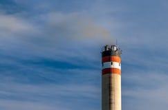 Industriell fabriksskorstenförorening Royaltyfri Foto