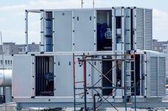 Industriell hårbalsam för det centrala ventilationssystemet på taket av gallerian Royaltyfri Bild