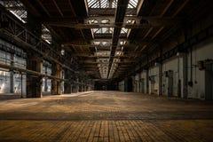 Industriell inre av en gammal fabrik arkivbild