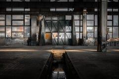 Industriell inre av en gammal fabrik Arkivbilder