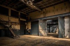 Industriell inre av en gammal fabrik Arkivfoto