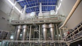 Industriell inre, inre av en modern fabrik, bearbetningsanläggning, kemisk växt stock video