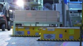 Industriell inre, produktion av keramiska tegelplattor, elektrisk automatiserad vägledd medelplattform stock video
