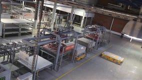 Industriell inre, produktion av keramiska tegelplattor, modern fabriksinre, elektrisk automatiserad vägledd medelplattform stock video