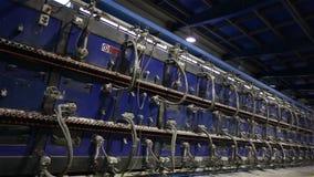 Industriell inre, tunnelbrännugn för att baka keramiska tegelplattor, produktion av keramiska tegelplattor, gasugn för dekorativt stock video