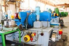 Industriell järndrejbänk för att klippa, vända av kubbar från metaller, trä och andra material och att vända, tillverkning av det arkivfoton