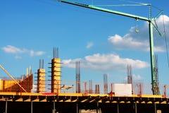 Industriell konstruktion med kranen Arkivfoton