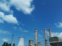 Industriell lampglas mot blå molnig himmel arkivbilder