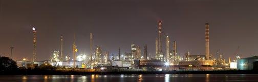 Industriell liggande vid natt royaltyfri foto