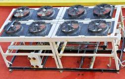 Industriell luftkonditioneringsapparat på ett tak Royaltyfri Bild