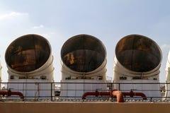 Industriell luftkonditioneringsapparat på taket Arkivfoton