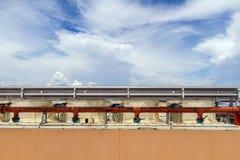 Industriell luftkonditioneringsapparat på taket Fotografering för Bildbyråer