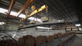 Industriell magnet som förlägger stålstänger inom lagermedelskottet stock video