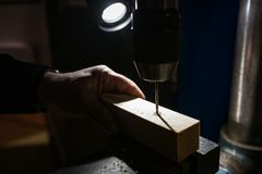 Industriell mala maskin på arbete royaltyfria bilder