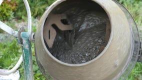 Industriell maskin för cementblandare på konstruktionsplatsen konkret hälla Blandar sanden, gruset och vattnet Närbild 4K lager videofilmer