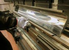 Industriell metall för ark som böjer i fabrik royaltyfria foton