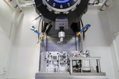 Industriell metall som bearbetar med maskin bitande process av automatiska delar b Arkivbilder