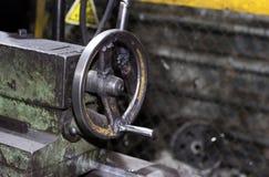 Industriell metall som bearbetar med maskin, en funktionsduglig maskin Arkivbilder