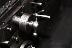 Industriell metall som bearbetar med maskin, en funktionsduglig maskin Fotografering för Bildbyråer
