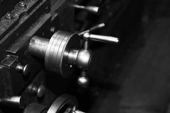Industriell metall som bearbetar med maskin, en funktionsduglig maskin Royaltyfri Bild