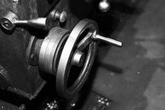 Industriell metall som bearbetar med maskin, en funktionsduglig maskin Royaltyfria Foton