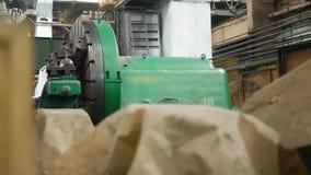Industriell metalworking process vid metalldrejbänkmaskinen stock video