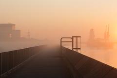 Industriell morgon på Thamesen. Royaltyfri Bild