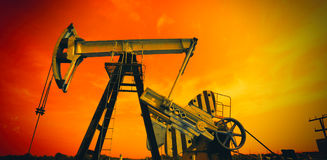 Industriell olje- pump i röda signaler fotografering för bildbyråer