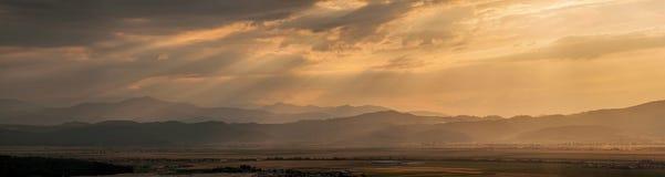 Industriell panoramabakgrund med strålar av ljus Royaltyfri Foto