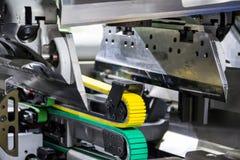 Industriell pappers- fabrik för beskäraremekanikerCloseup som klipper Machi arkivbilder