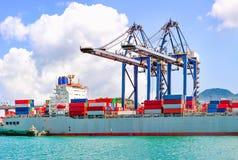 Industriell port med behållare i lasten arkivfoton