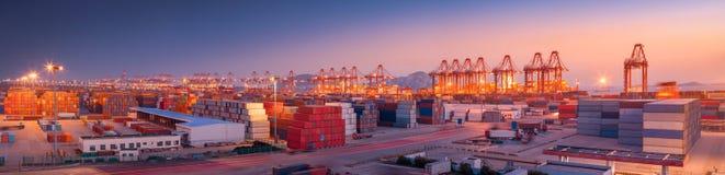 Industriell port på gryning royaltyfri foto
