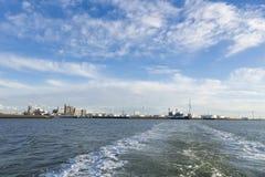 Industriell porthorisont med gränsmärken under en blå himmel Arkivfoto