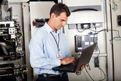 Industriell programmerare som kontrollerar maskinen Royaltyfri Fotografi